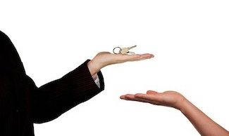 Schlüsselübergabe eines Hauses nach Verkauf durch Immobilienmakler