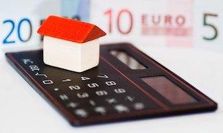 Taschenrechner, Geld & Haus als Zeichen der Immobilienbewertung