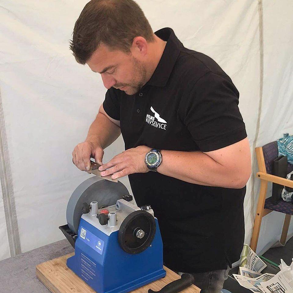Thomas Holm Pedersen ved slibemaskine