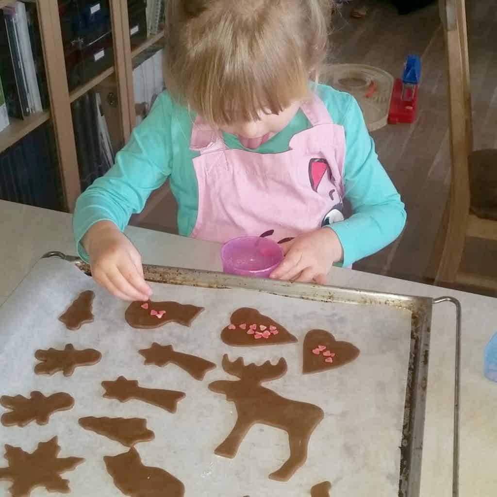 Bag med børn julekager opskrift brunkageopskrift udstikkere