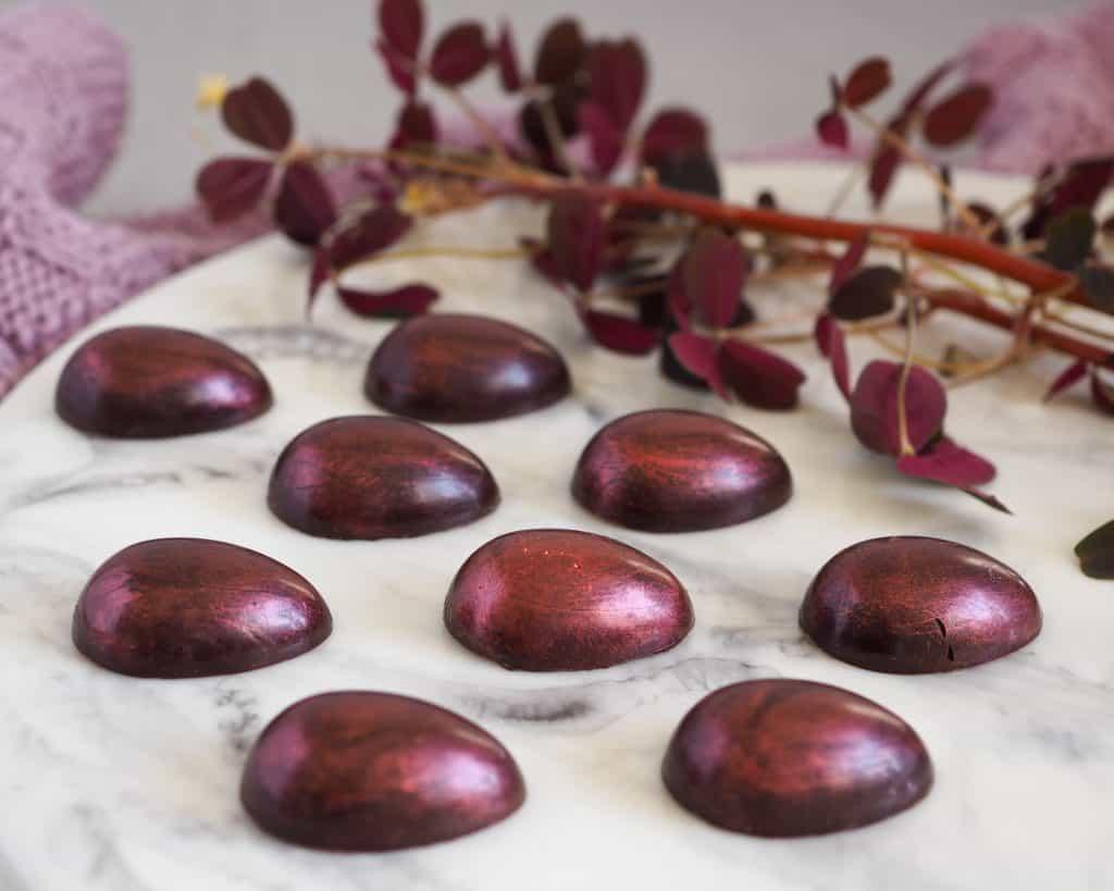 Fyldte chokolader med hvid chokolade ganache og frysetørrede hindbær