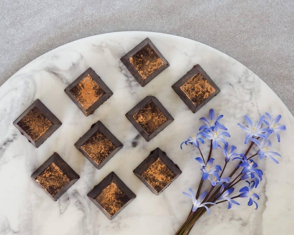 Fyldte chokolader med karamel ganache og peanuts