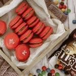 Chokolade macarons med M&M's