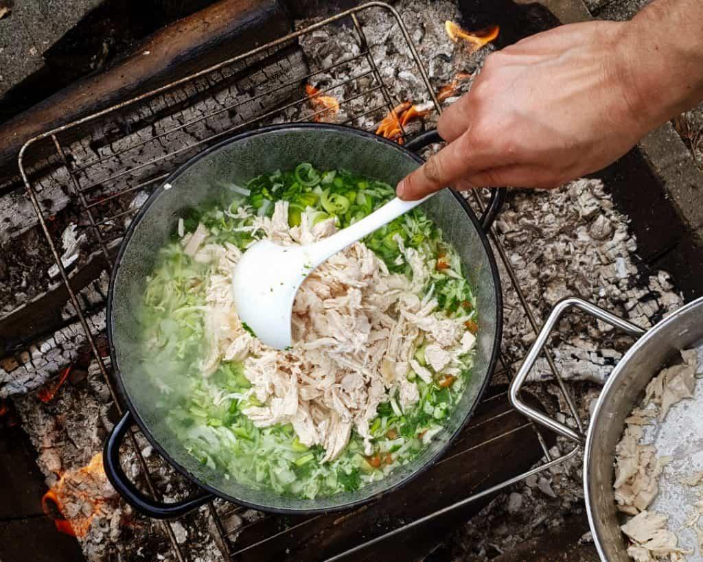 Kyllinge suppe på bål