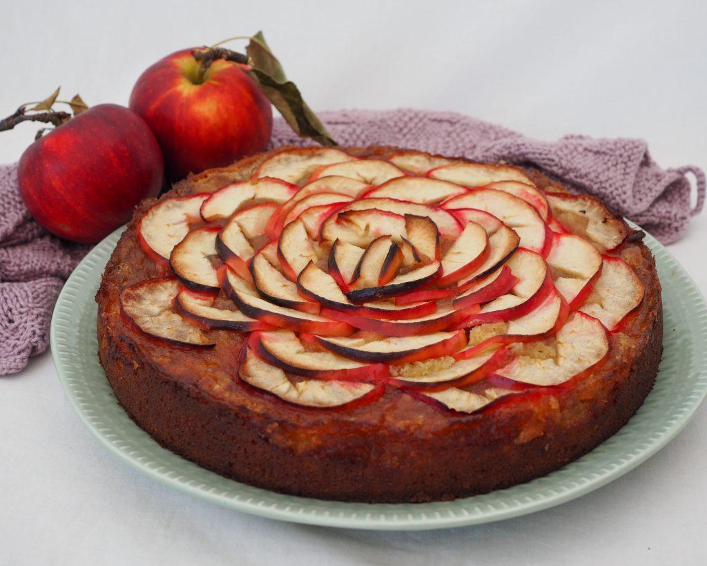 Marcipankage med æbler opskrift