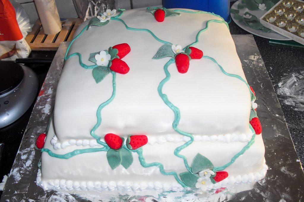 Bryllupskage med jordbær