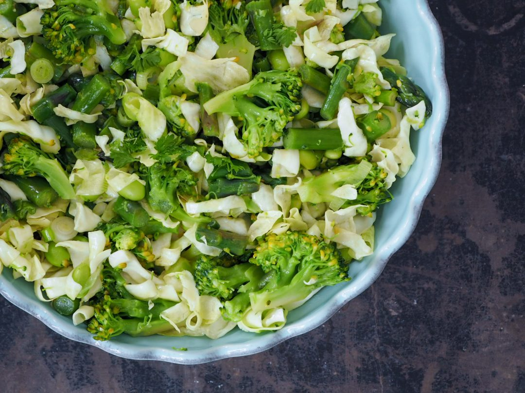 Grøn salat med spidskål og sennepsdressing