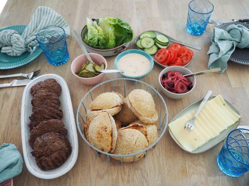Hjemmelavet burger opskrift og tilbehør
