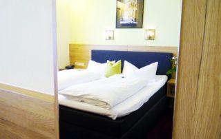 Ein helles Doppelzimmer mit Bett