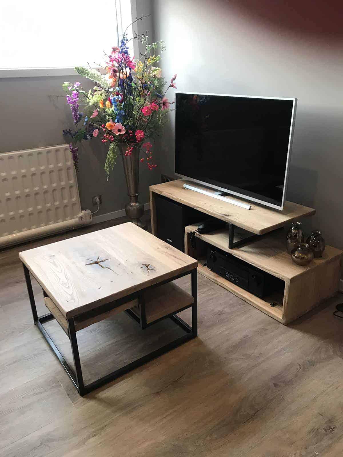 Staal met houten salontafel
