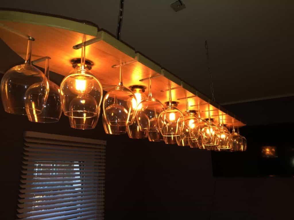 Eikenlamp met wijnglazen