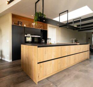Overzicht keuken in kasteeleiken | Hout en vorm