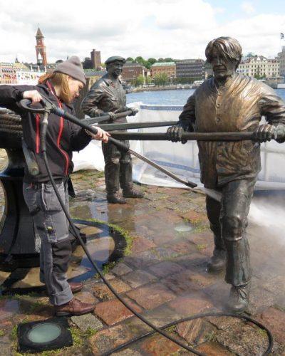 Bronsen tvättas med ånga och hetvatten.