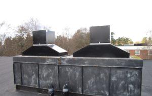 Nya takfläktar på ett flerfamiljshus