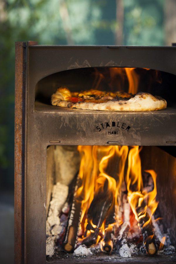 pizzaovn i hagen på terassen