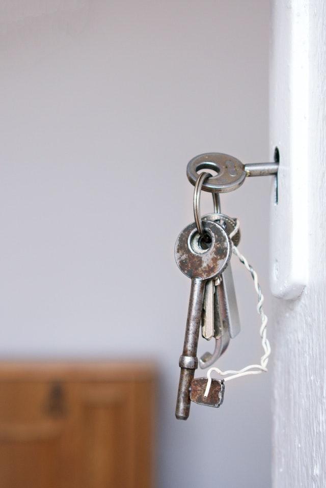Hvordan finder jeg en billig låsesmed?