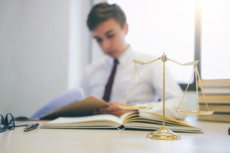 hvor meget tjener en advokat. Young lawyer working in office