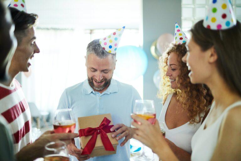 Hvor meget giver du til en rund fødselsdag?