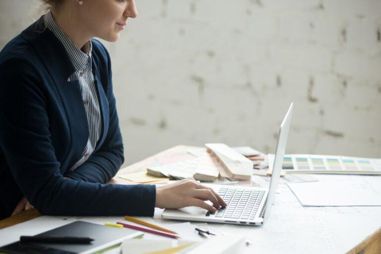 I dag svarer vi på spørgsmålene, Hvad er en Freelancer og hvad indebærer det at være freelancer?