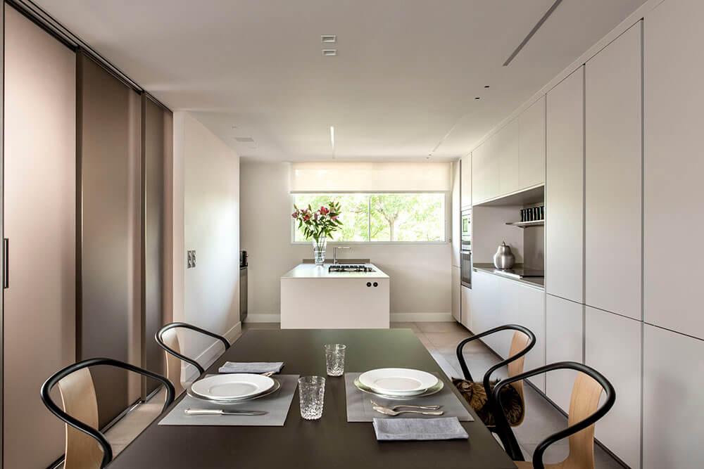 Proyecto diseñado por ICONNO de cocina S2 Pure Siematic color blanco titanio con paneles correderos velaria Rimadesio detalle