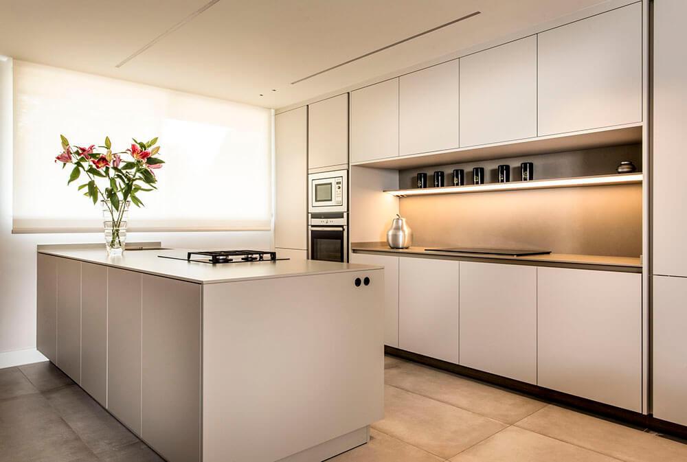 Proyecto diseñado por ICONNO de cocina S2 Pure Siematic color blanco titanio con paneles correderos velaria Rimadesio