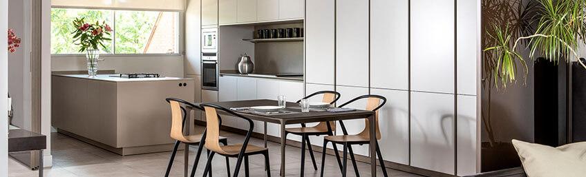 Refugio Urbano: Proyecto de Cocina SieMatic con paneles Velaria de Rimadesio