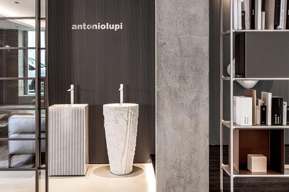 Showroom antoniolupi, lavabos de diseño Controverso