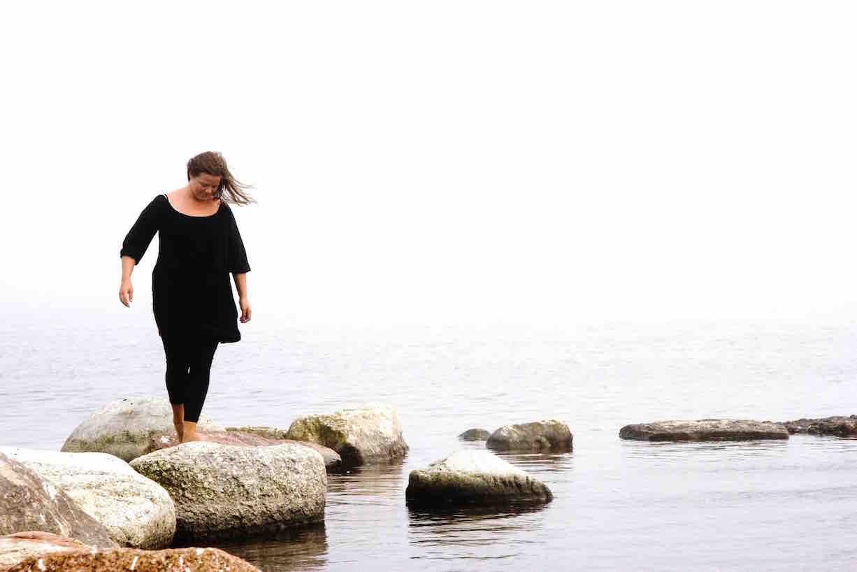 kvinna går i vatten