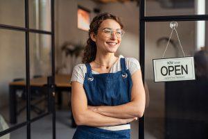 Iværksætter foran nyåbnet butik