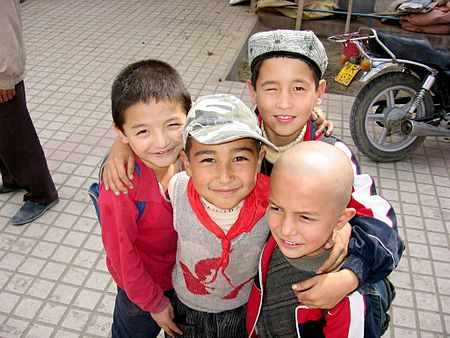 Uigurske barn (foto fra Wikipedia).