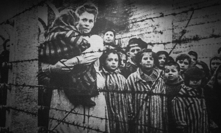 Shoshana Ovitz  var ett av barna som overlevde Ausvhwitz. Over 1.5 millioner jødiske barn ble myrdet under Holocaust.