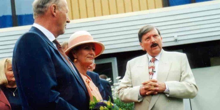 Aril-Edvardsen-sammen med Kong Harald og dronning-Sonja under kongeparets besøk til Sarons Dal i 1998 (foto: Troens Bevis, i Store Norske Leksikon).