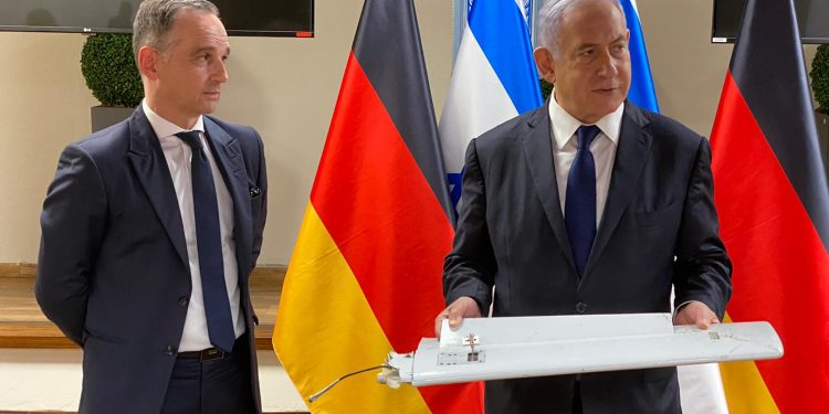 Statsminister Benjamin Netanyahu viser fram en del av en iransk drone til den tyske utenriksministeren, Heiko Maas. Foto: GPO