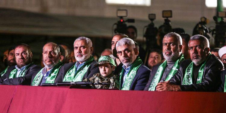 Yahya Sinwar, Leder for Hamas sammen med andre terroristledere og et barn med våpen, Middleeast monitor