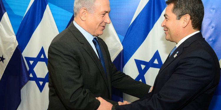Statsminister Benjamin Netanyahu, til venstre, møter Honduras president Juan Orlando Hernandez i Jerusalem 29. oktober 2015. (Kobi Gideon / GPO)