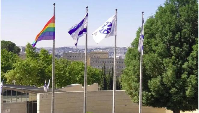 For første gang er PRIDE-flagget heist ved det israelske utenriksdepartementet.