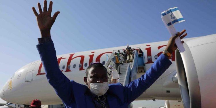 Etiopisk jøde som han ankommet Israel i 2021.  IKAJ har finansiert hjemreisen til over 160.000 jøder, inkludert over 500 etiopiske jøder i 2021.