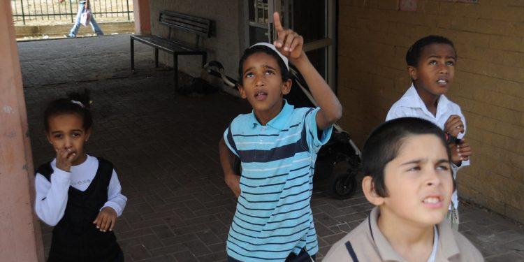 Israelske barn ser raketter komme fra tett bebyge områder på Gazastripen til tett bebygde områder i Israel. I mai i år kom det over 4000. Foto: Israel Defense Forces.