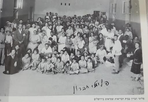 Fotografi av jødene som overlevde massakren i Hebron og ble fraktet i trygghet av de britiske styrkene .