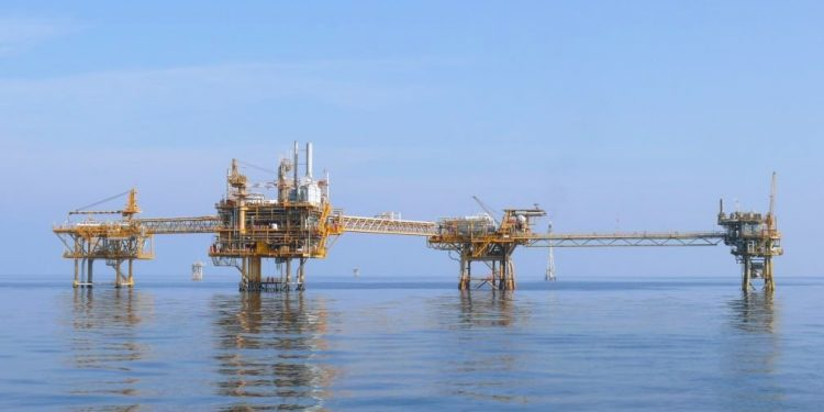 Bildetekst :  Creative Commons Attribution-Share Alike 3.0 . Mubarak Offshore Platform, United Arab Emirates. The rig is owned by Crescent Petroleum.