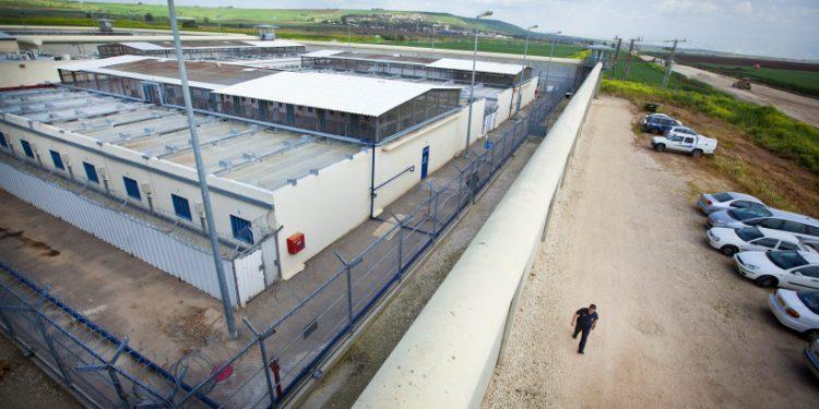 6 farlige fanger rømte fra Gilboa-fengselet etter å ha gravd seg ut med en skje.