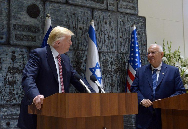 Donald Trump med Israels president Reuven Rivilin i Israel i 2017. Foto: https://www.wikidata.org/wiki/Q102229575.