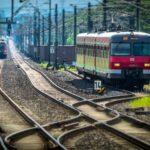 Zwei Züge auf Eisenbahnschienen
