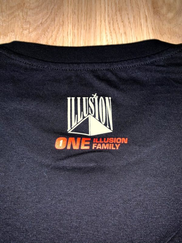 One Illusion One Family Zwart (Achter - Zoom)