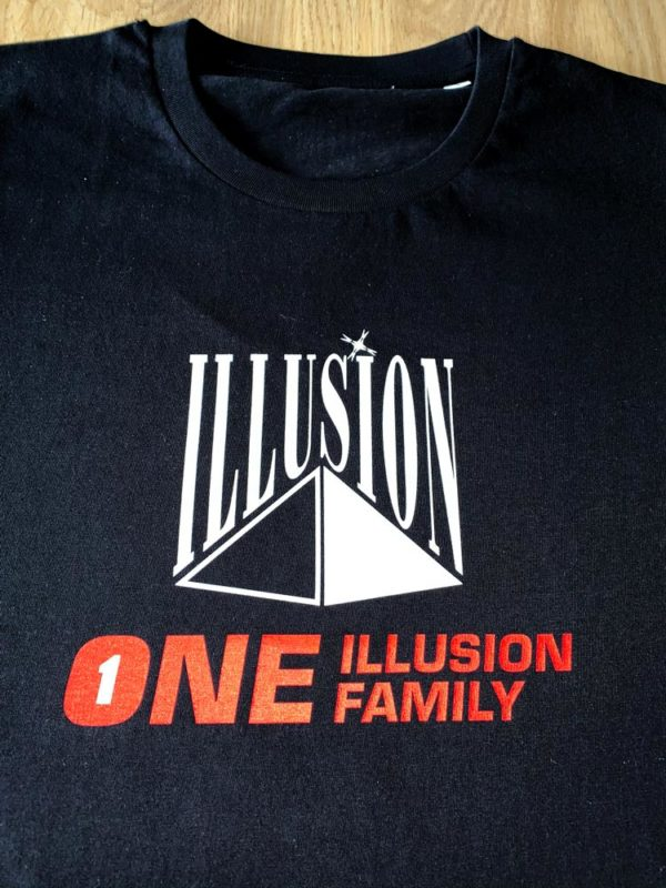 One Illusion One Family Zwart (Voor - Zoom)