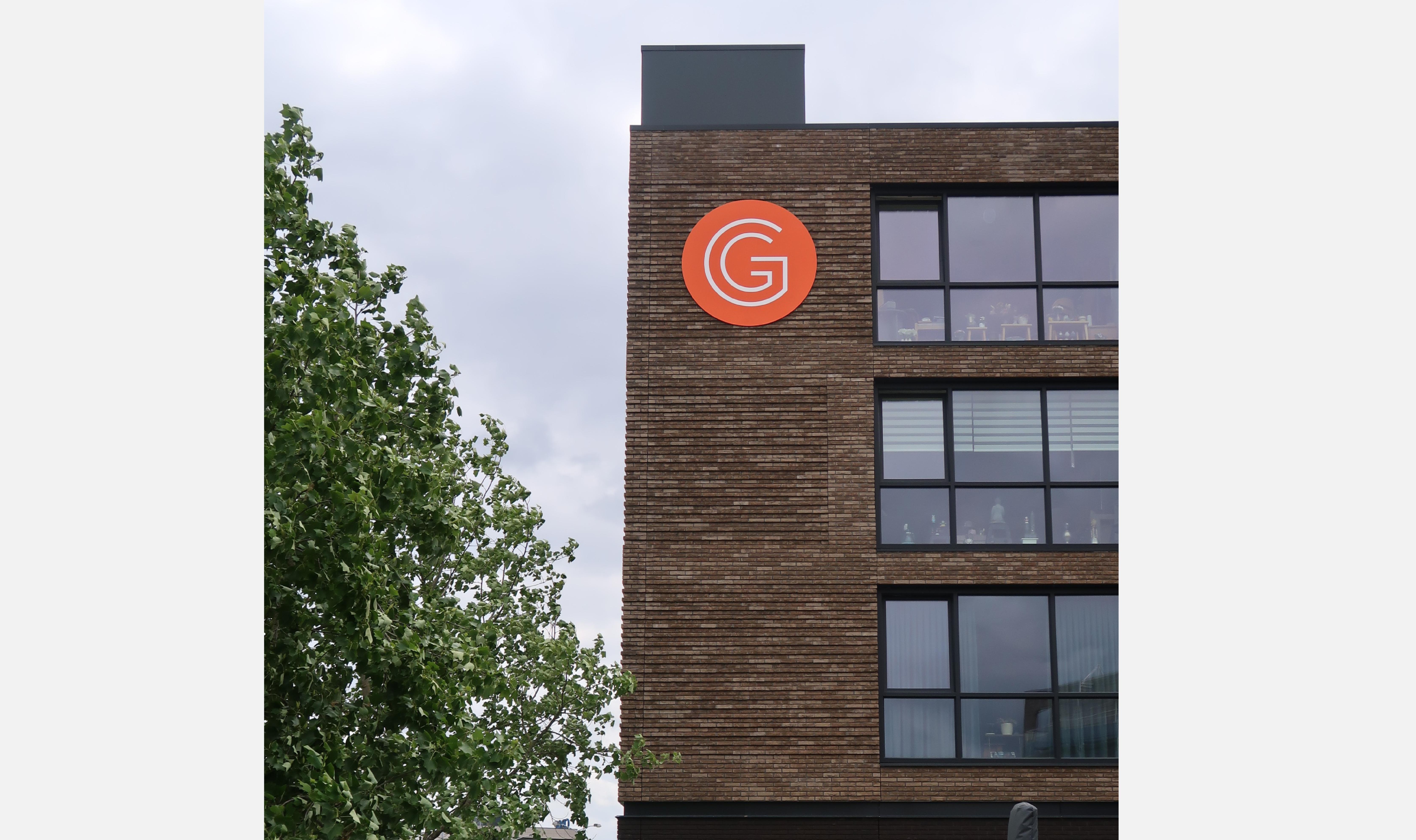 Nieuw logo op gevel De Gelderhorst