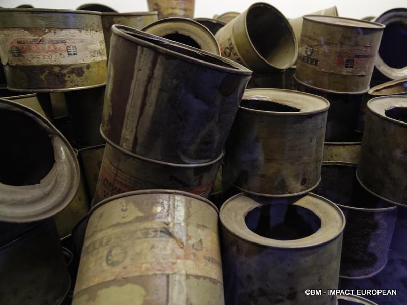 Bidons vides de Zyklon B utilisés dans les chambres à gaz du Camp d'extermination d'Auschwitz I (Pologne)