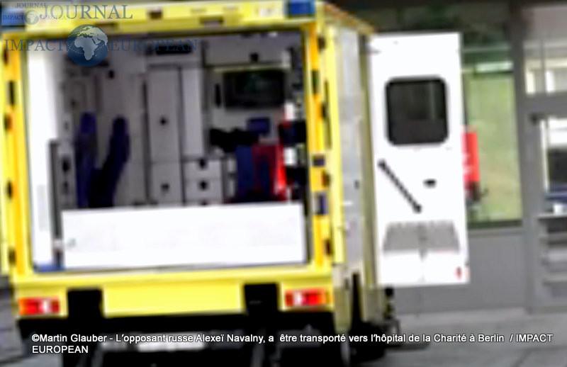 L'opposant russe Alexeï Navalny,  être transporté vers l'hôpital de la Charité à Berlin