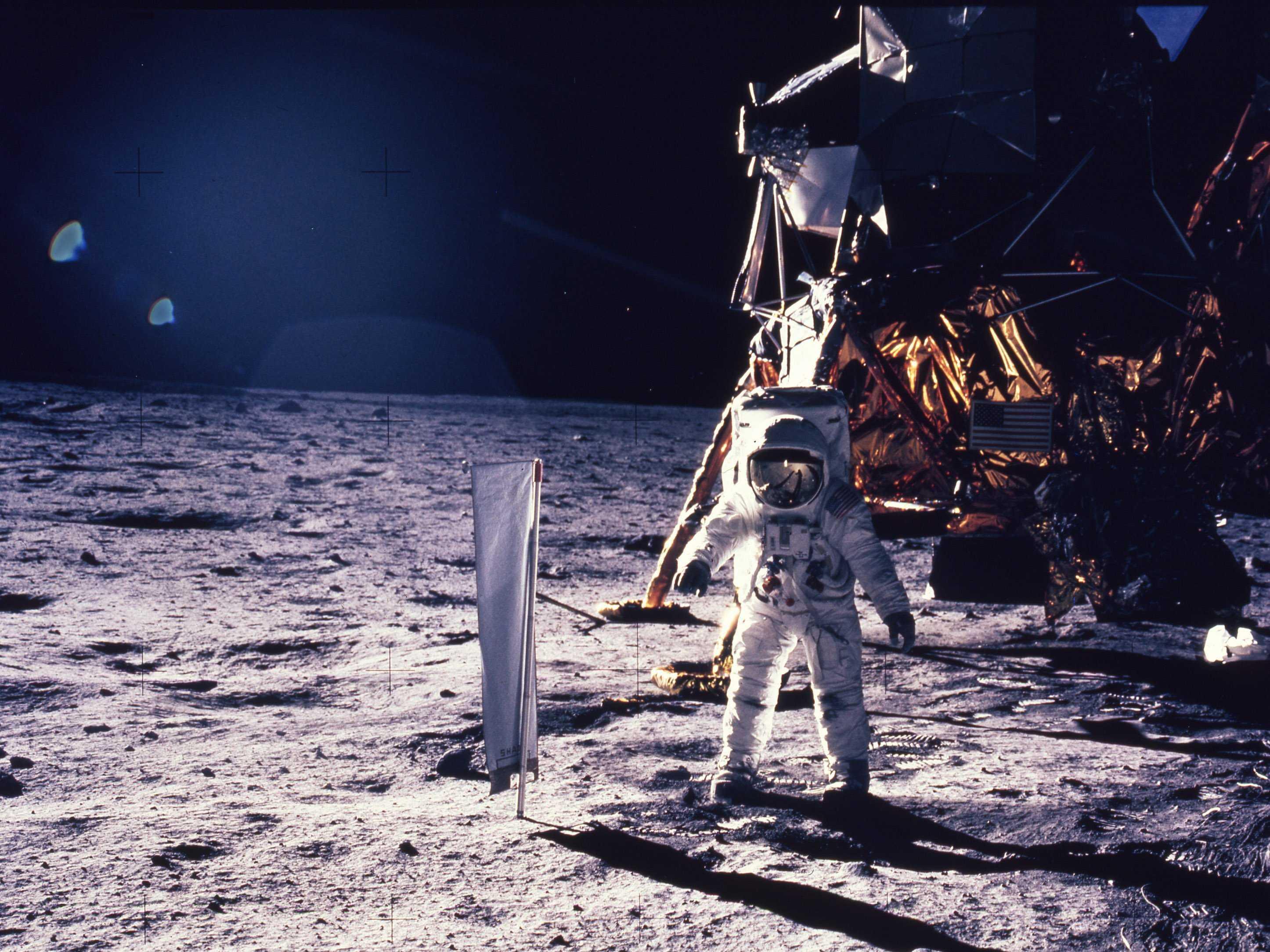 NASA klokkenluider Ken Johnston vertelt over bouwwerken, UFOs en basissen op de Maan