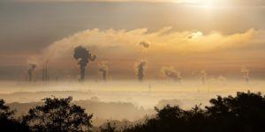 Kraftwerke im Morgennebel